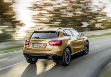 Mercedes-Benz GLA 220 4Matic 7G-DCT (seit 2017) Heck + rechts