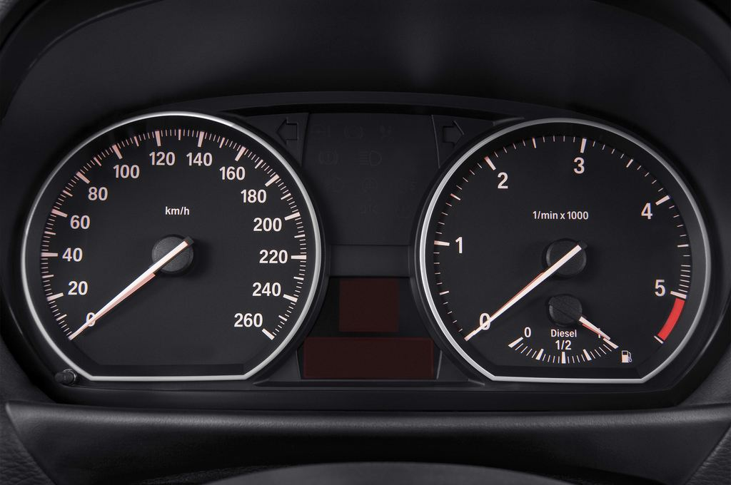 BMW 1er 123d Kompaktklasse (2004 - 2013) 3 Türen Tacho und Fahrerinstrumente
