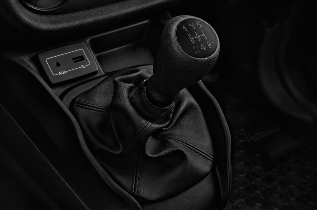 Fiat Doblo Basis Transporter (2010 - heute) 4 Türen Schalthebel