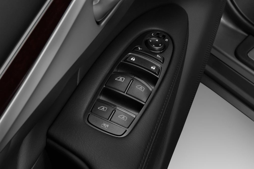 Infiniti Q70 3.7 V6 7AT Limousine (2013 - heute) 4 Türen Bedienungselemente Tür