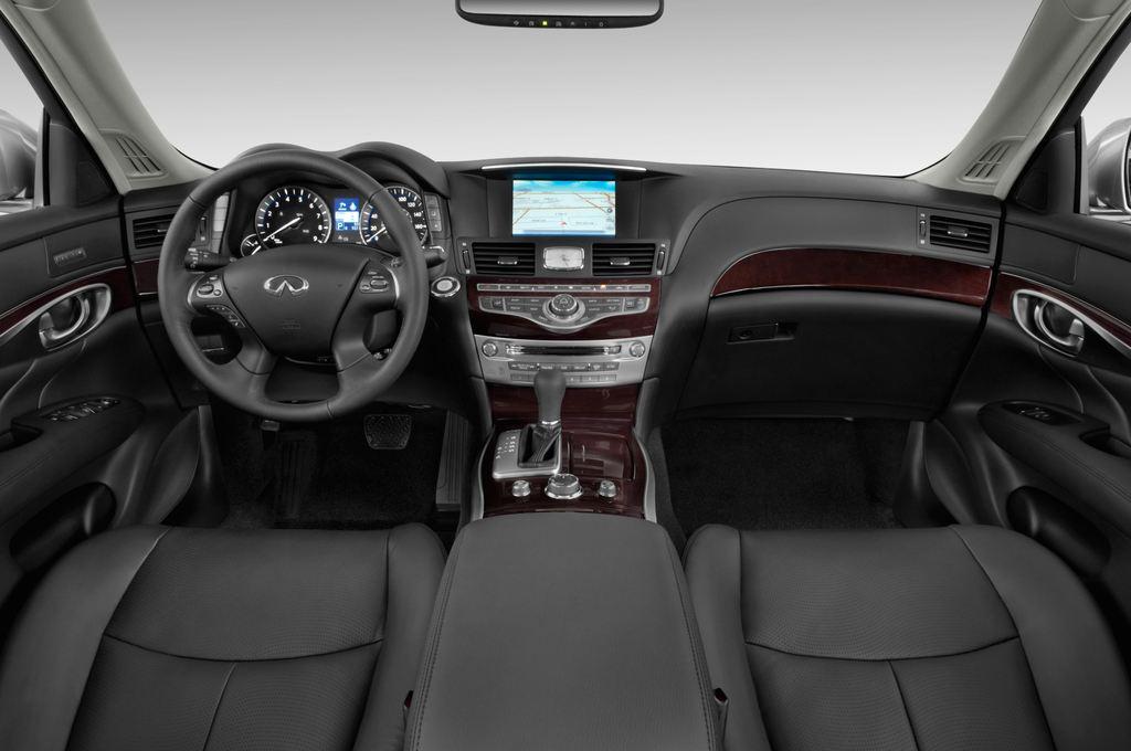 Infiniti Q70 3.7 V6 7AT Limousine (2013 - heute) 4 Türen Cockpit und Innenraum