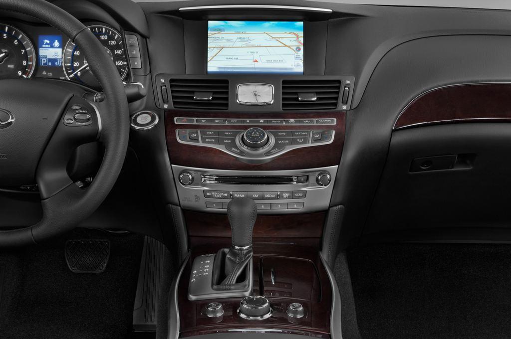 Infiniti Q70 3.7 V6 7AT Limousine (2013 - heute) 4 Türen Mittelkonsole