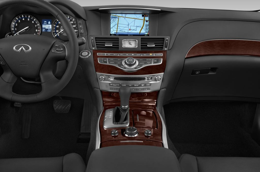 Infiniti Q70 Sport Tech Limousine (2013 - heute) 4 Türen Mittelkonsole