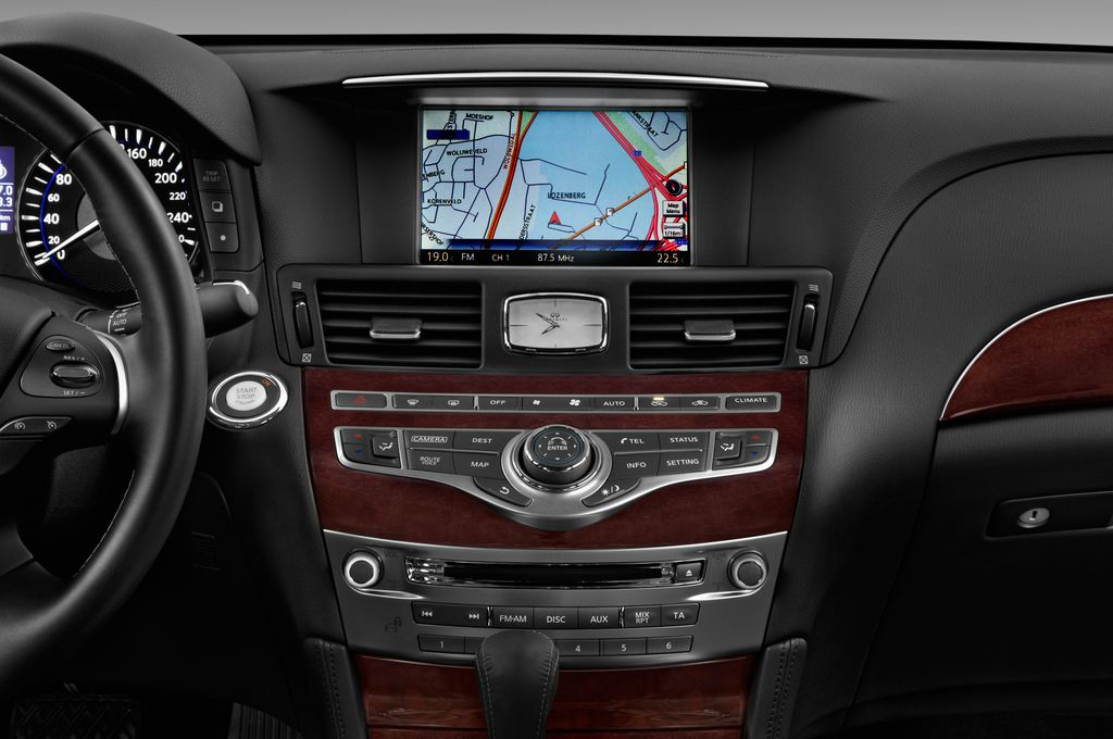 Infiniti Q70 Premium Limousine (2013 - heute) 4 Türen Mittelkonsole