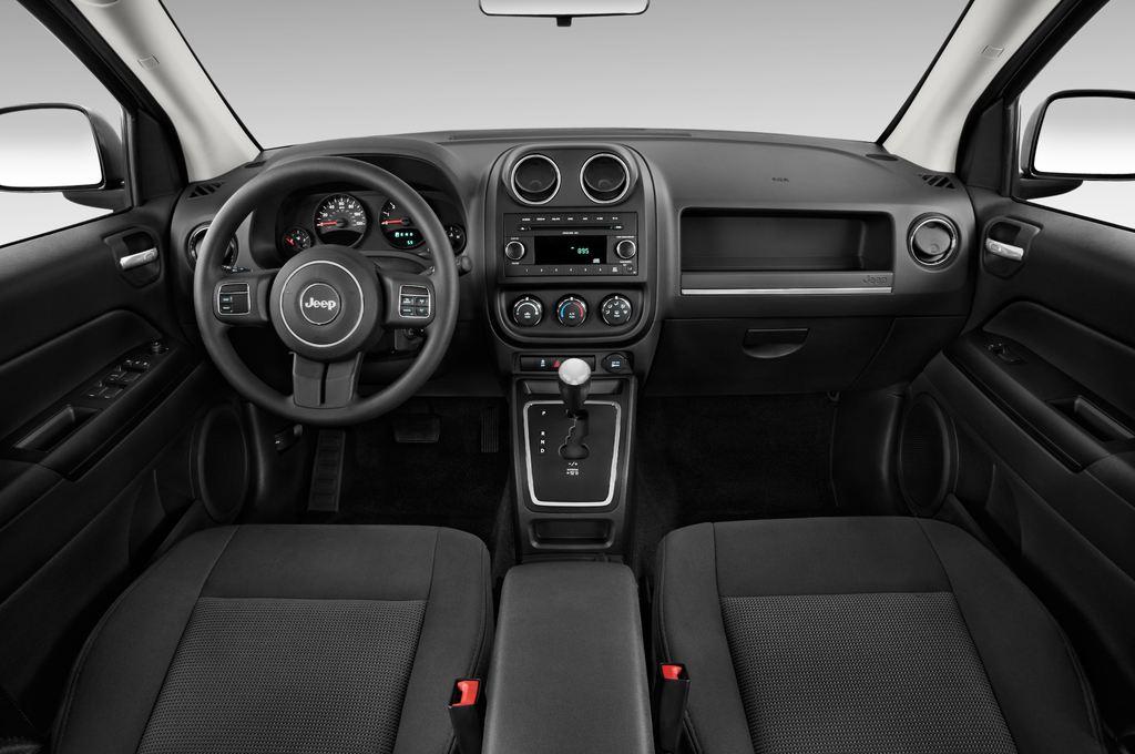 Jeep Compass Sport SUV (2007 - 2016) 5 Türen Cockpit und Innenraum