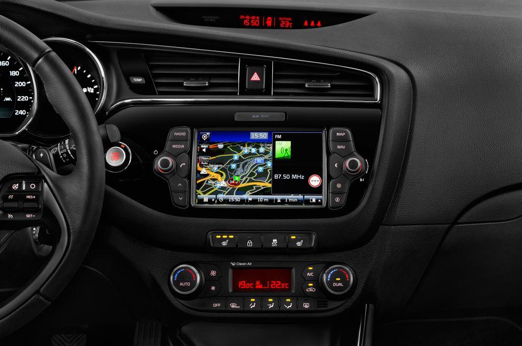 Kia Ceed Platinum Edition Kompaktklasse (2012 - heute) 5 Türen Mittelkonsole