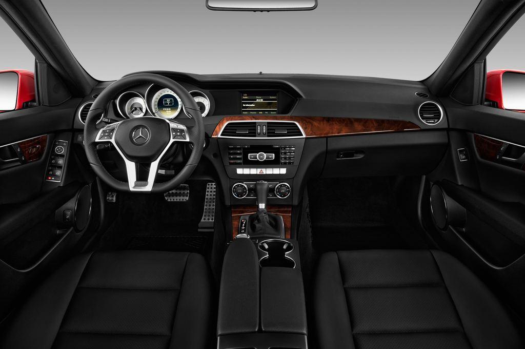 Mercedes-Benz C-Klasse Sport Limousine (2007 - 2013) 4 Türen Cockpit und Innenraum