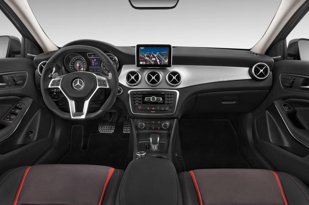 Mercedes-Benz GLA AMG SUV (2013 - heute) 5 Türen Cockpit und Innenraum