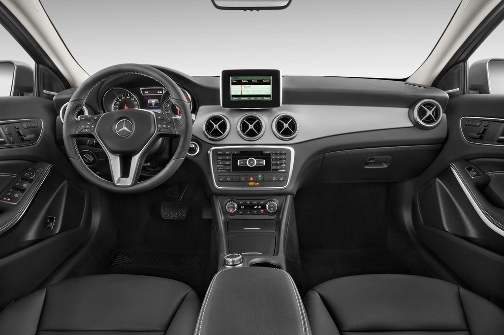Mercedes-Benz GLA Urban SUV (2013 - heute) 5 Türen Cockpit und Innenraum