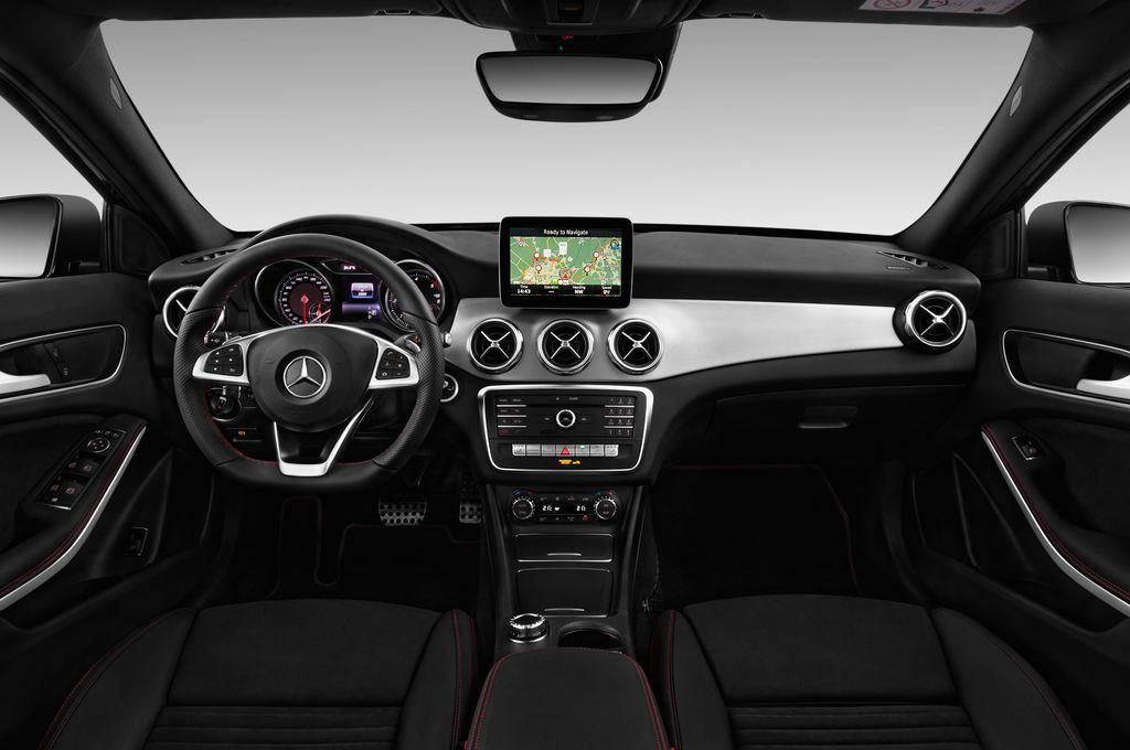 Mercedes-Benz GLA AMG Line SUV (2013 - heute) 5 Türen Cockpit und Innenraum