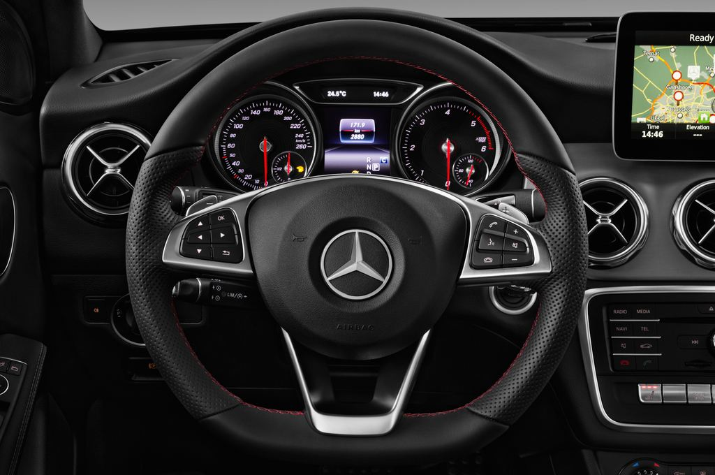 Mercedes-Benz GLA AMG Line SUV (2013 - heute) 5 Türen Lenkrad