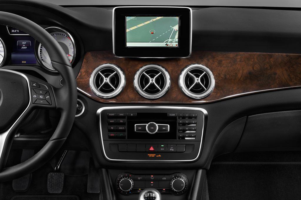 Mercedes-Benz GLA STYLE SUV (2013 - heute) 5 Türen Mittelkonsole