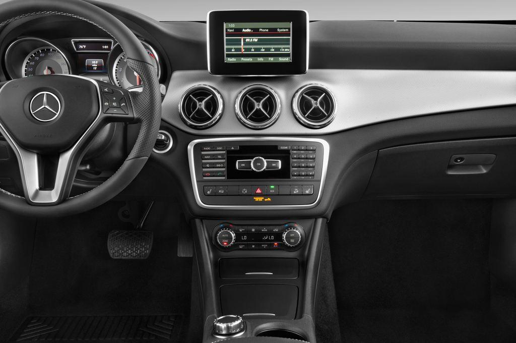 Mercedes-Benz GLA Urban SUV (2013 - heute) 5 Türen Mittelkonsole