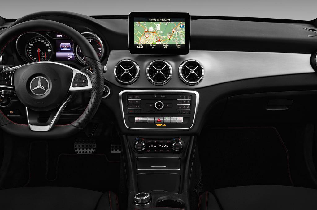 Mercedes-Benz GLA AMG Line SUV (2013 - heute) 5 Türen Mittelkonsole