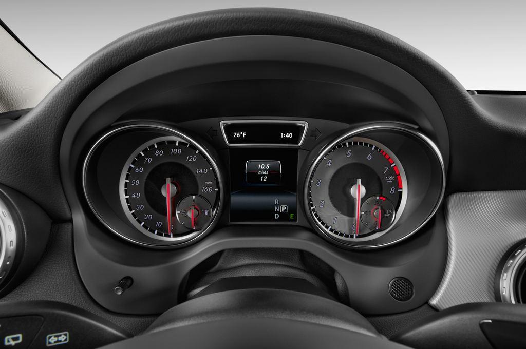 Mercedes-Benz GLA Urban SUV (2013 - heute) 5 Türen Tacho und Fahrerinstrumente