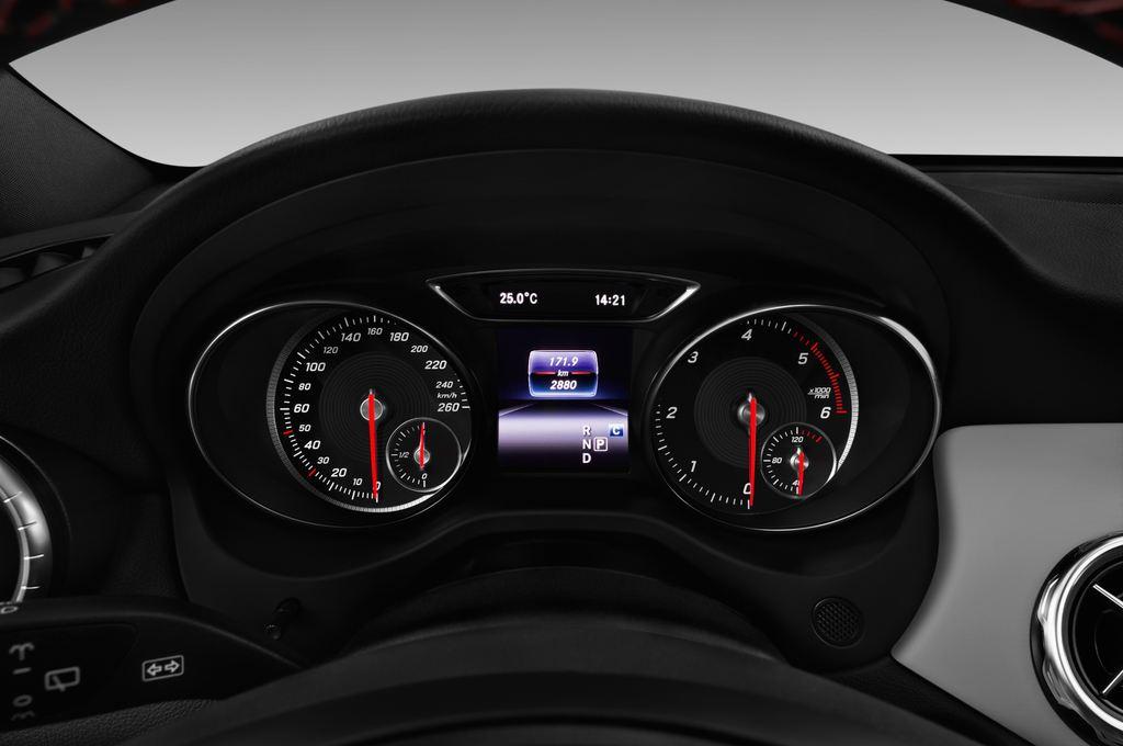 Mercedes-Benz GLA AMG Line SUV (2013 - heute) 5 Türen Tacho und Fahrerinstrumente