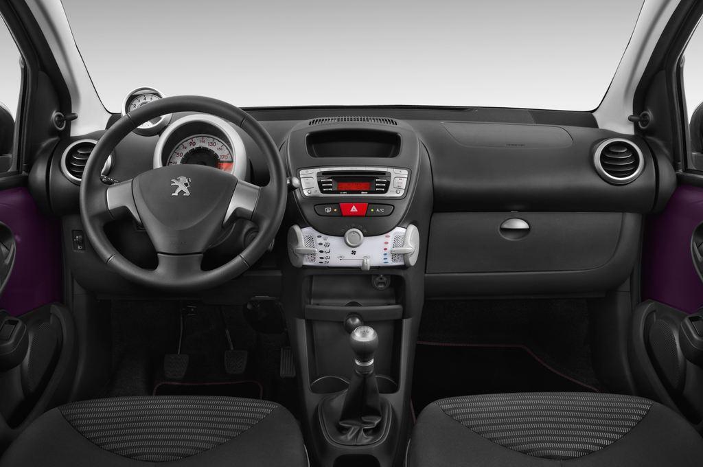 Peugeot 107 Envy Kleinwagen (2005 - 2014) 3 Türen Cockpit und Innenraum