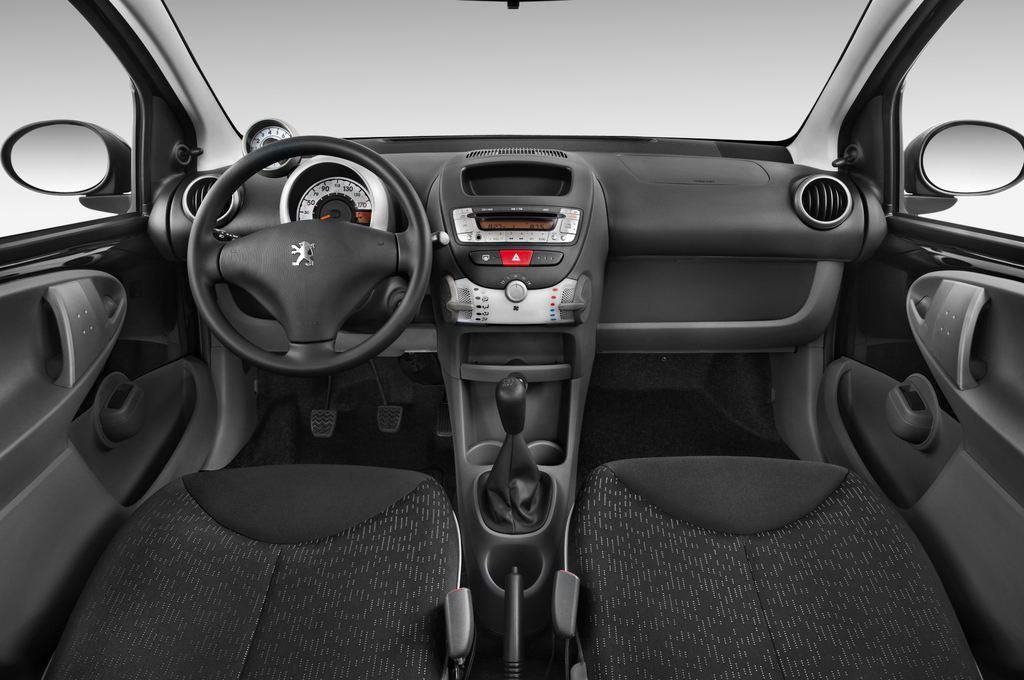 Peugeot 107 Filou Kleinwagen (2005 - 2014) 5 Türen Cockpit und Innenraum