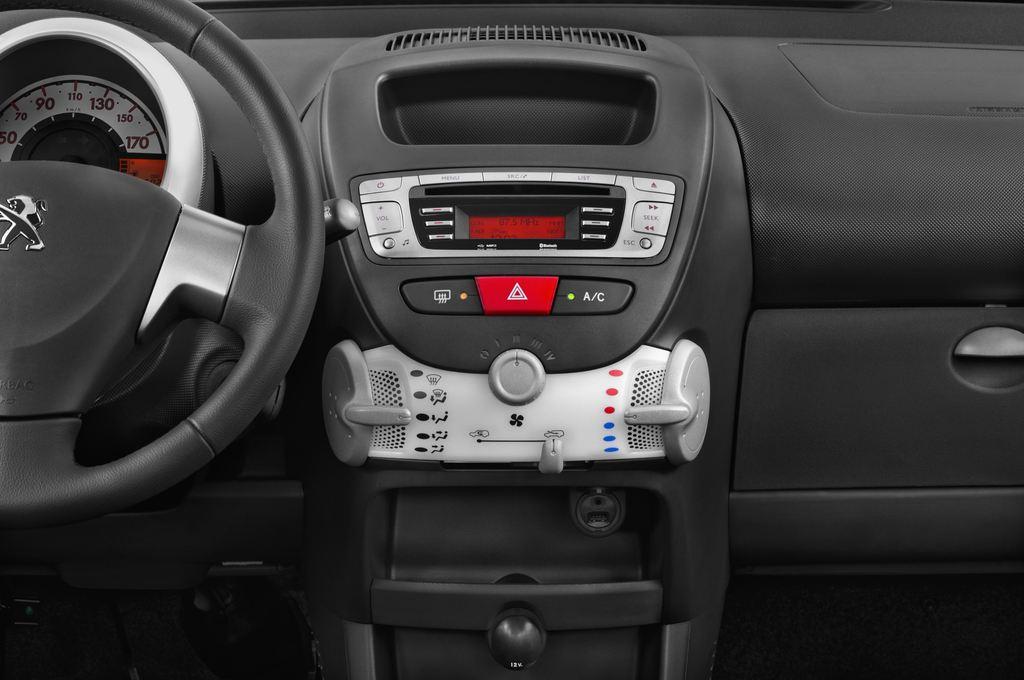 Peugeot 107 Envy Kleinwagen (2005 - 2014) 3 Türen Mittelkonsole