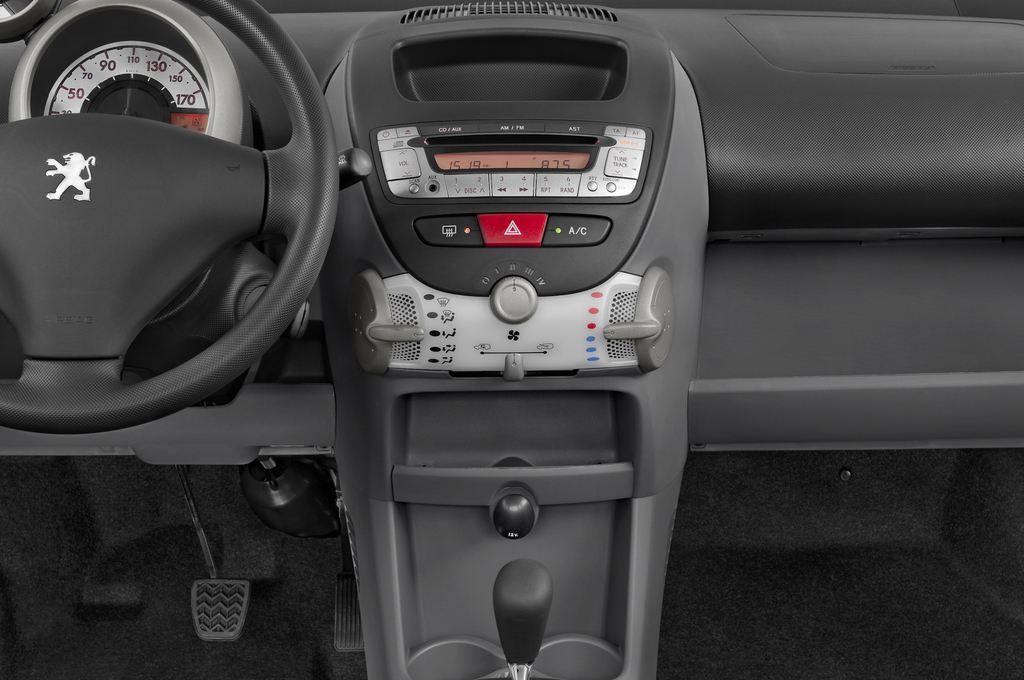 Peugeot 107 Filou Kleinwagen (2005 - 2014) 3 Türen Mittelkonsole