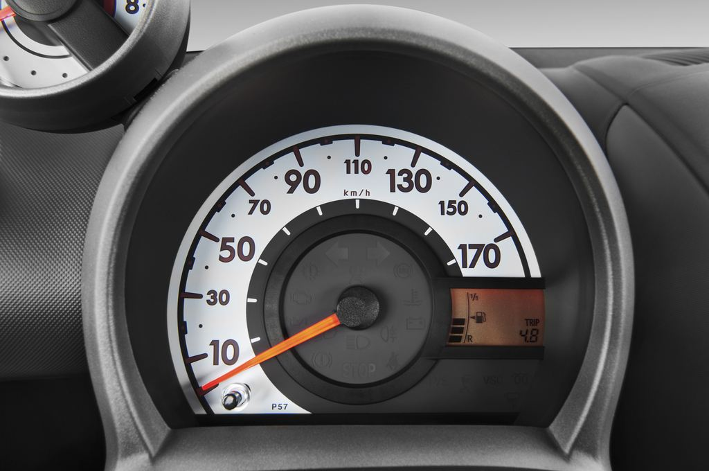 Peugeot 107 Filou Kleinwagen (2005 - 2014) 5 Türen Tacho und Fahrerinstrumente