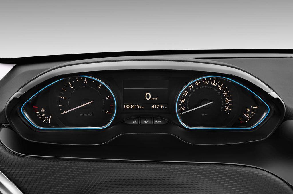 Peugeot 2008 Allure SUV (2013 - heute) 5 Türen Tacho und Fahrerinstrumente