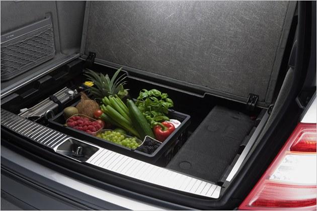 Die serienmäßige Klappkiste lässt sich auch gefüllt unter dem Kofferraumboden transportieren