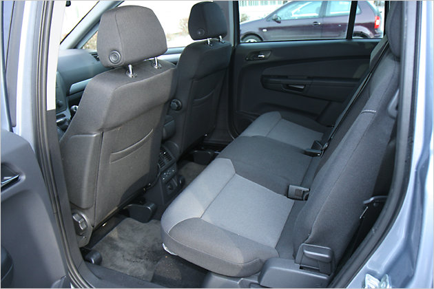 Dank verschiebbarer Sitzbank ergibt sich viel Platz für die Hinterbänkler
