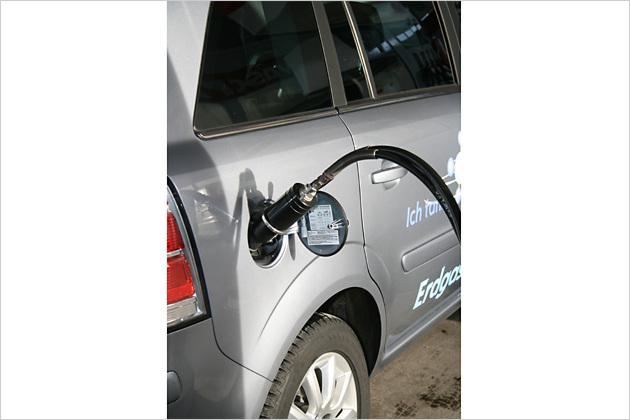 Der Tankvorgang läuft nach Knopfdruck automatisch ab