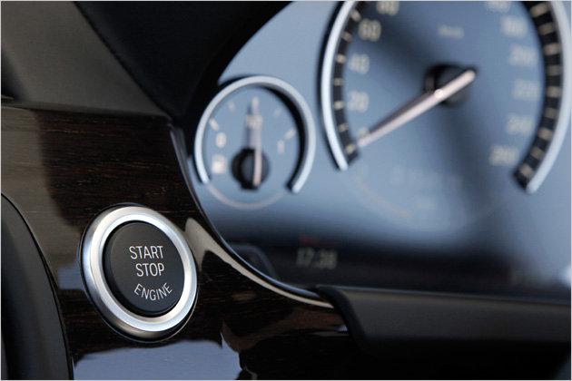 Schlüsselloser Motorstart gehört beim 650i zum Serienumfang