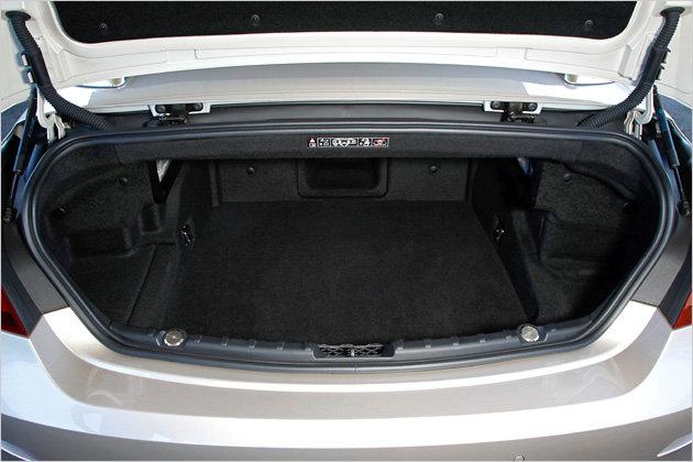 350 Liter Gepäck fasst der Kofferraum des BMW 650i Cabrio. Wenn das Stoffdach geöffnet ist, passen noch 300 Liter ins Heck des Wagens