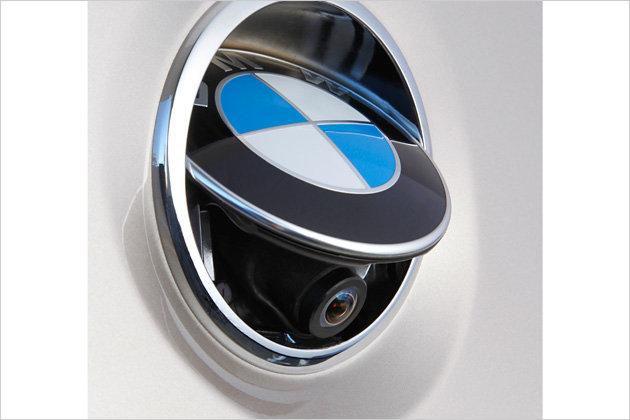 Die Rückfahrkamera (420 Euro) versteckt sich unter dem BMW-Logo am Kofferraumdeckel. Nur beim Rückwärtsfahren kommt sie aus ihrem Versteck