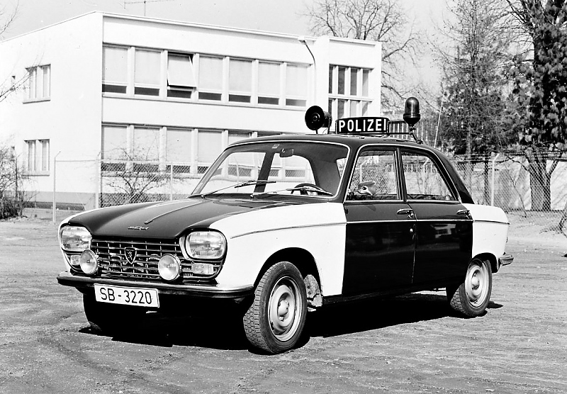 Auch das gehört zum Straßenbild Ende der 60er Jahre: ein Peugeot 204 Polizeifahrzeug.