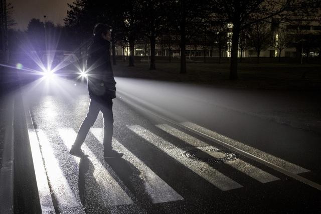 Ratgeber: Fußgänger im Herbst  - Richtige Kleidung kann Leben retten