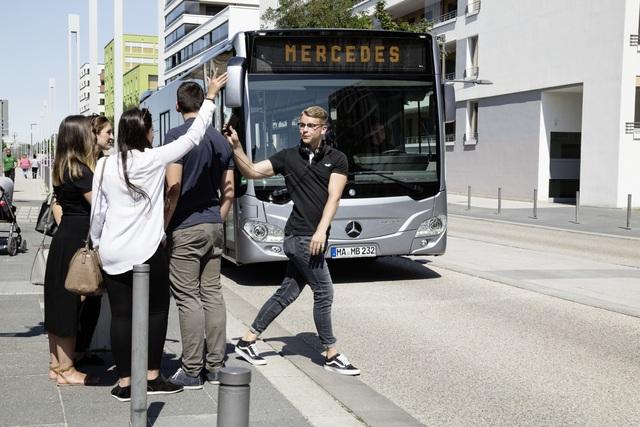 Aktiver Bremsassistent für Stadtbusse  - Weltpremiere bei Mercedes