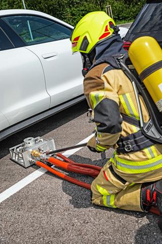 Löschsystem für E-Autos   - Per Dorn zum Brandherd