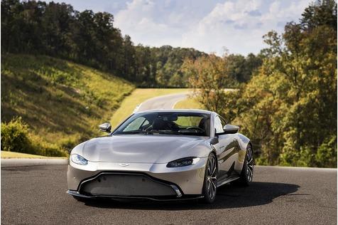 Aston Martin Vantage - Dynamischer Handschlag