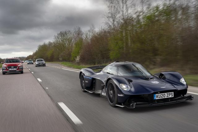 Aston Martin Valkyrie kommt  - Rennwagen unterwegs auf öffentlichen Straßen