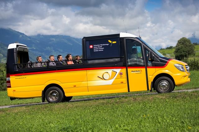 Cabrio-Bus in der Schweiz - Höhensonne auf dem gelben Wagen