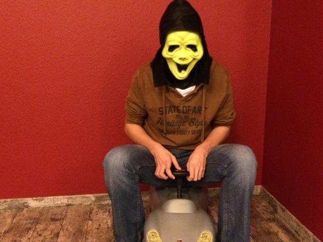 Autofahren an Halloween - Hinterm Steuer Maske runter