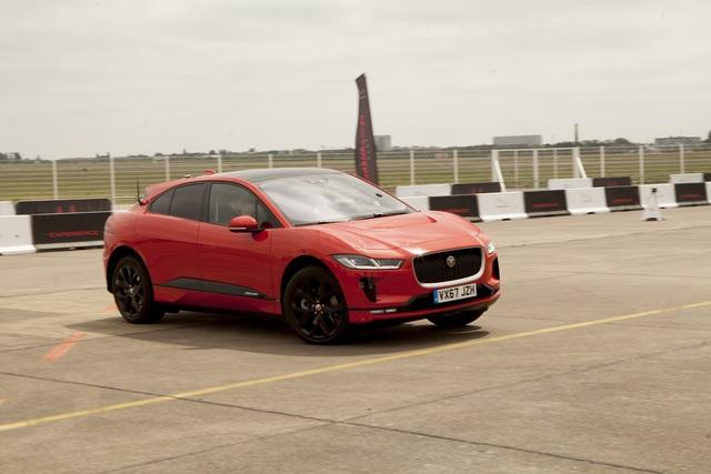 Erste Fahrt im neuen vollelektrischen Jaguar I-Pace - Surrende Katze
