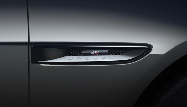 Jaguar E-Pace Chequered Flag - Mit Zielflagge und Panoramadach