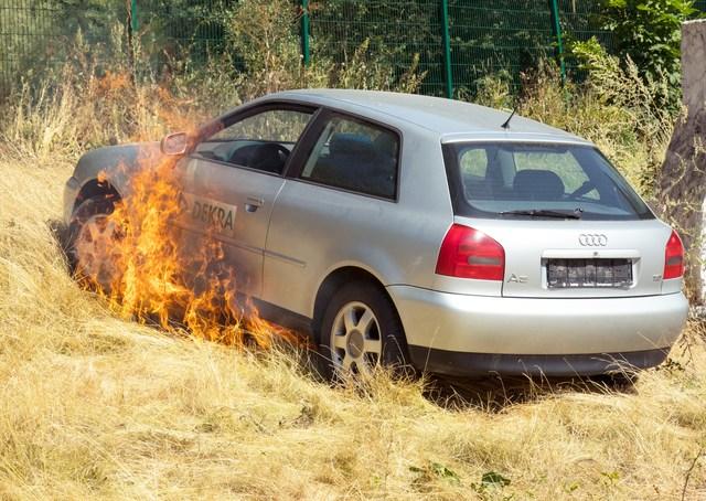 Parken auf Wiesen und Feldern - Vorsicht, Brandgefahr!