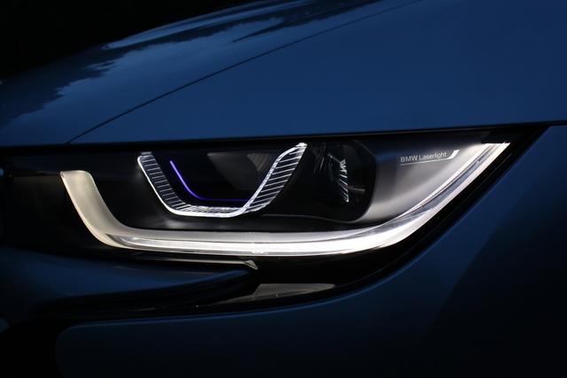 BMW i8 - Laser-Premiere im Öko-Sportler