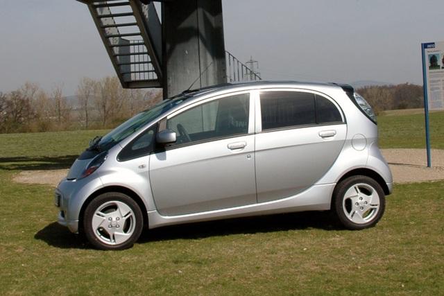 Mitsubishi E-Autos als Stromspeicher -  Wenn das Auto die Waschmaschine antreibt