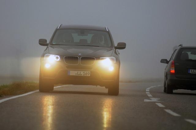 Ratgeber: Fahren bei Nebel   -  Mit korrektem Licht und ruhiger Fahrweise