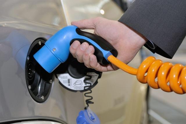 Neue E-Auto-Ladesäule - Strom nur gegen Bargeld