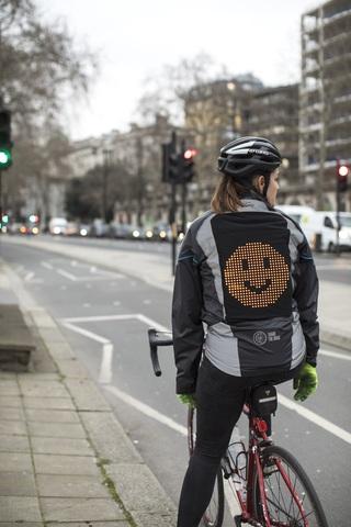 Emoji-Jacke von Ford - Auch ein Rücken kann lächeln