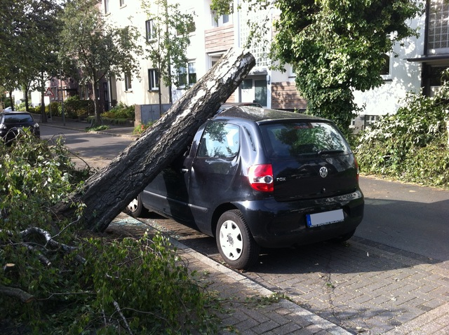 Ratgeber: Autofahren bei Sommergewitter   - Ruhig bleiben und sichere Orte ansteuern