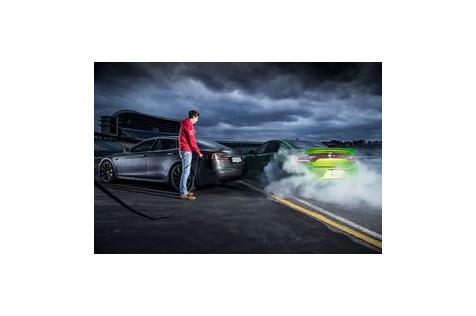 Tesla Model S vs. DodgeCharger: Gut gegenböse